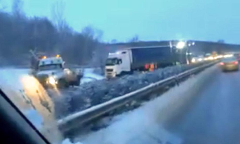 Baleset miatt lezárták az M3-as egyik szakaszát, akadozik a vonatközlekedés Budapest térségében