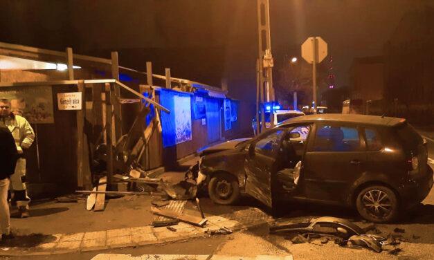 Zöldségboltba csapódott egy autó, kórházba vitték a sofőrt