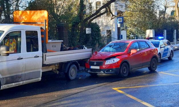 Kirobbantak a légzsákok, fékezés nélkül hajtott bele az autós a teherautóba a Gellérthegyen