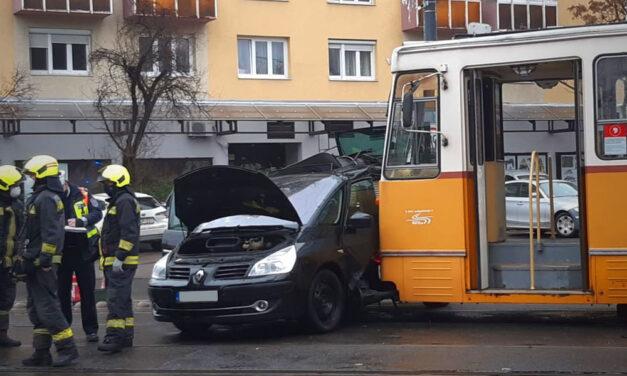 Villamossal ütközött egy Renault, métereken át tolta maga előtt az összetört autót a szerelvény