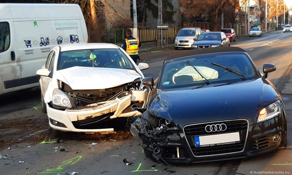 Kirobbantak a légzsákok az ütközéstől, csúnyán összetört a méregdrága Audi