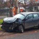 Házfalnak csapódott egy autó Csepelen, gázszivárgás miatt lezárták a környéket, közben átszakította egy kamion az M1-esen a szalagkorlátot