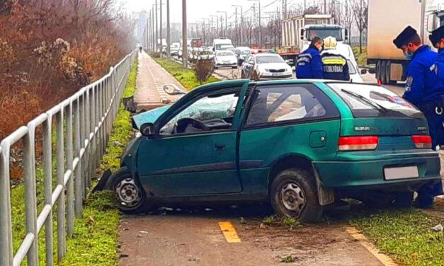 Eltűnt a Suzuki eleje az ütközéstől, kórházba vitték a sofőrt a mentők
