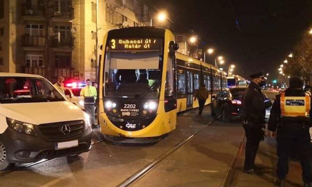 Kisiklott a 3-as villamos miután autóval ütközött, daruval tették vissza a sínre
