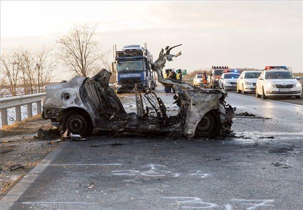 """""""Borzasztóan sajnálom"""" – egy négytagú család halt meg a Győr melletti balesetben, kamionnal ütköztek, majd kigyulladt az autójuk"""