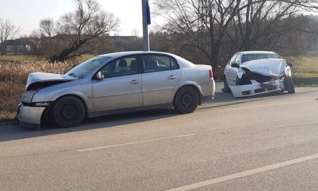 Durva karambol a Bécsi úton – Két autó rohant egymásba, az egyik sofőr sokkos állapotban feküdt az autóban – Fotók a helyszínről