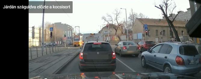 Pofátlan manőver: a járdán száguldva kerülte ki a körúti forgalmat ez az autós, közben egy piroson is áthajtott – videó