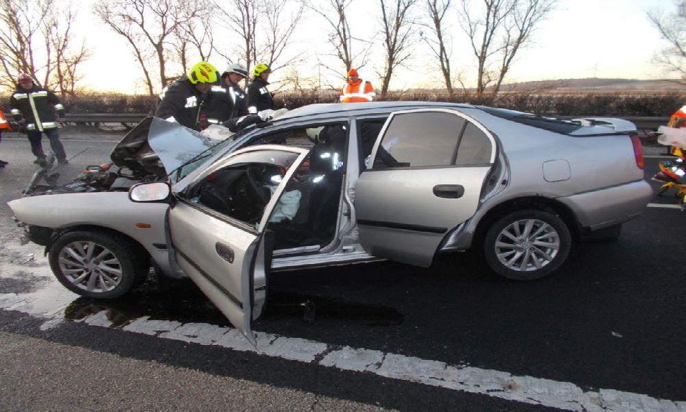 Brutális balesetek az M1-esen: ittasan, jogsi nélkül balesetezett a rendőrök elől menekülve egy férfi, egy másik balesetben közútkezelő kocsiba rohant bele egy személyautó
