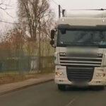 Direkt az autós felé kormányozta kamionját a sofőr, ijesztegetni akart az óriási járművel (Videó)