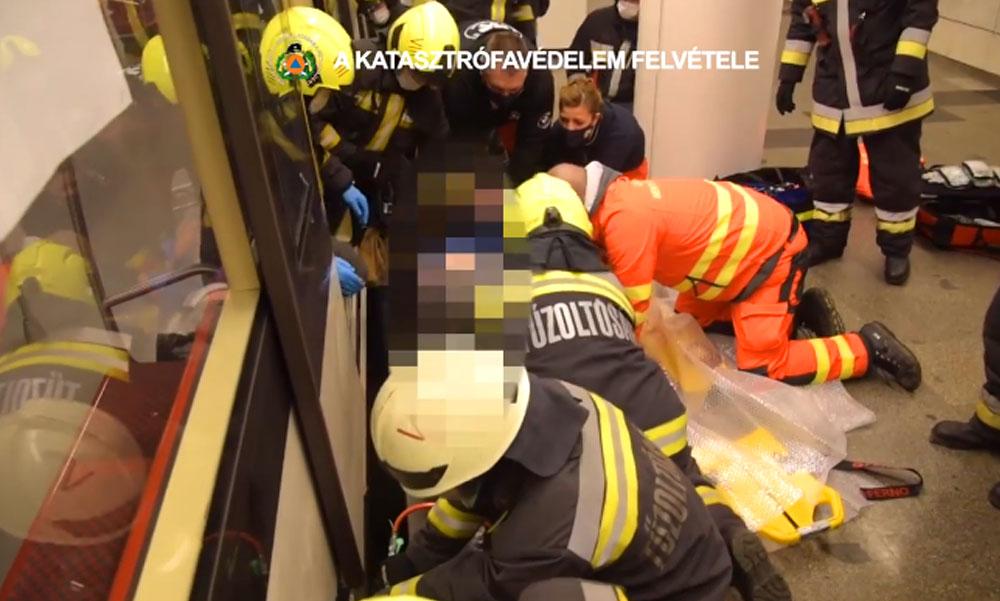 Mentőakció az Astoriánál: Beszorult egy utas lába a peron és a szerelvény közé, nem járt a 2-es metró
