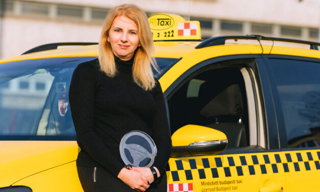 """""""Előfordulnak problémás utasok"""" – mondja az a háromgyermekes édesanya, akit az év taxisofőrjének választottak"""