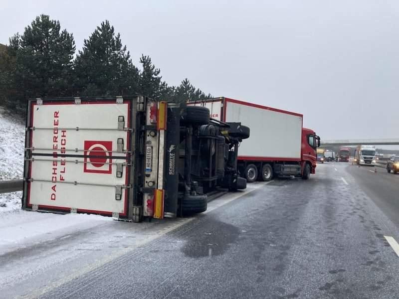 Felborult és keresztbe fordult kamionok az utakon, Budapest környékén rengeteg a baleset