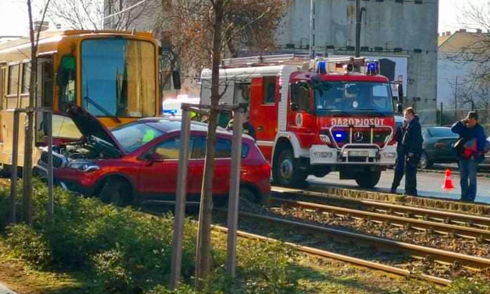 Csikorogva vészfékezett a villamos, de így is összeütközött egy autóval a Bosnyák tér és az Örs között