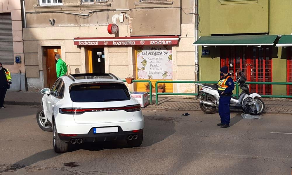 Karambolózott a teniszcsillag, Temesvári Andrea – mentők vitték el a balesetben megsérült robogóst