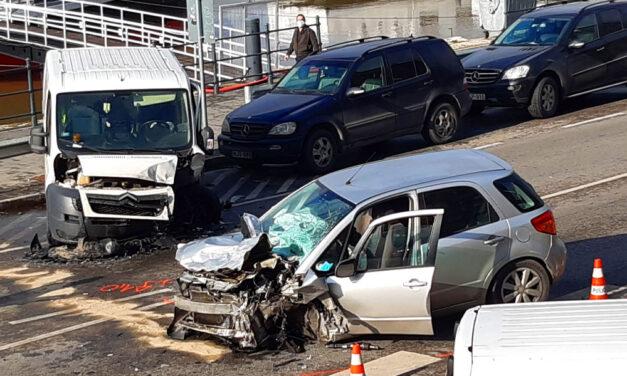 Frontálisan ütközött a Magyar Telekom autója egy Suzukival, mindkét sofőrt kórházba vitték