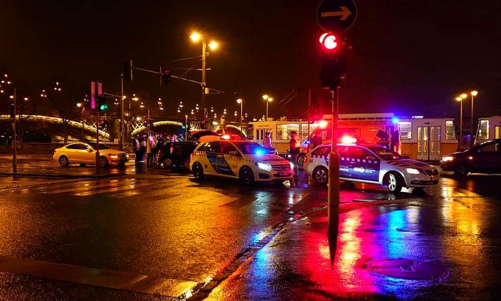 Újraélesztés a rakparton, le kellett vágni a ruhát a balesetben megsérült férfiról