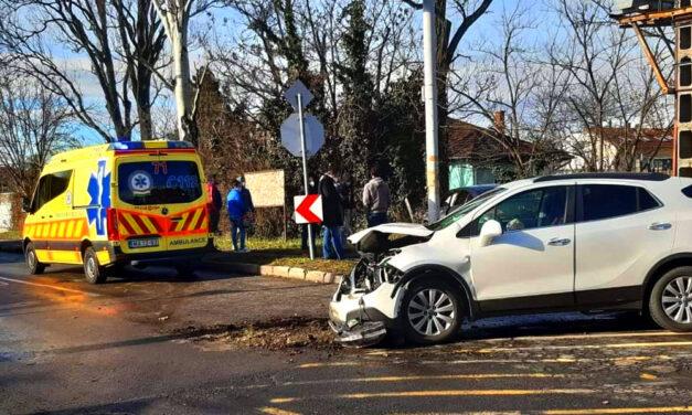 Munkába autózó mentős karambolózott, a saját kollégáit hívták a baleset helyszínére