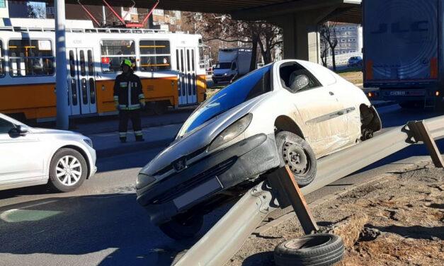 Durva karambol a Flórián téren, szalagkorlátra lökte az autót a kamion