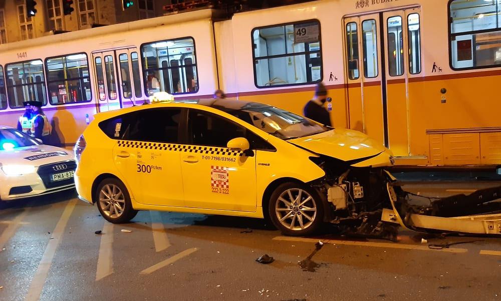 Vészfékezett a villamos, dőltek az emberek, a csattanás után egy alaposan összetört taxi maradt az úton