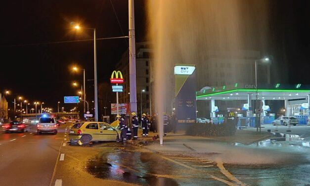 Ledöntötte a kutyás sofőr a tűzcsapot: hatalmas a szökőkút Budapest közepén