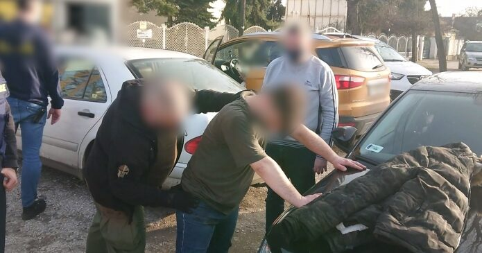 6 év börtönt kapott az a férfi, aki egy SZFE-s maszk miatt támadt meg egy nőt a csepeli buszon, korábban egy újságírót harapdált össze