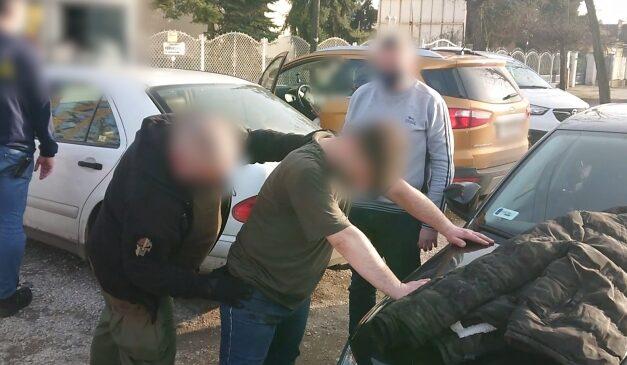 Elfogták a csepeli buszon késelő férfit, aki azért támadhatott rá egy nőre, mert SZFE-s maszkot viselt