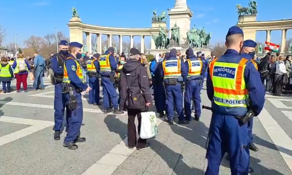 Rendőrsorfal várta Gődényék szombati tüntetését: a tiltakozók csak igazoltatás után jutottak el a Hősök teréig, egy koronavírusos beteg összeesett