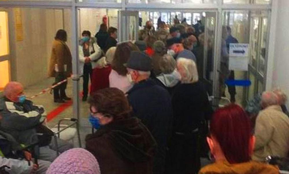 Döbbenetesen zsúfolt kórházi oltópontról kapott képet egy országgyűlési képviselő