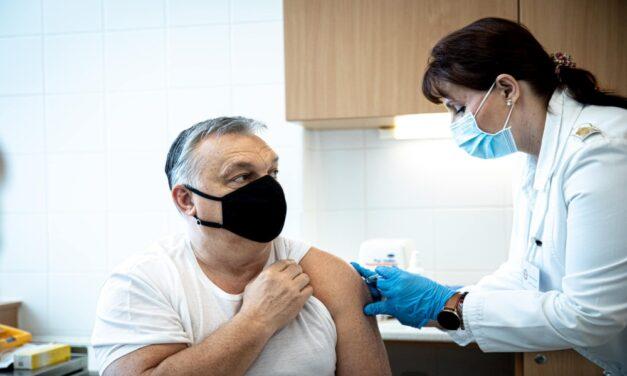 """""""Sárkány ellen sárkány"""": Orbán Viktort beoltották a kínai Sinopharm vakcinával"""