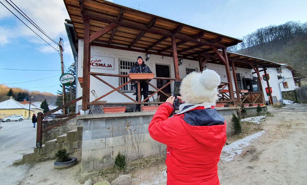 Az RTL-es Mi kis falunk olyan népszerű, hogy a forgatás helyszínén, Pilisszentléleken, a mínusz 6 fokos hidegben is sorban állnak Teca kocsmájánál