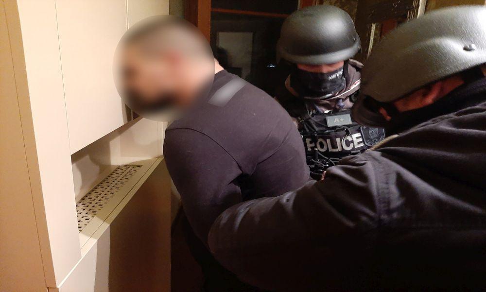 Kokaindílereket fogtak a rendőrök: az egyik elkövető az erkélyről dobta ki a kábítószert – videó
