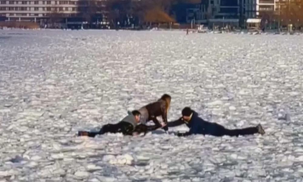 Beszakadt a Balaton jege egy férfi és egy nő alatt Siófoknál, itt a videó a mentésről