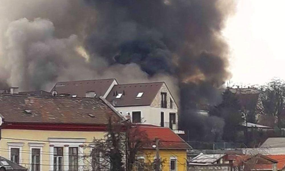 Robbanás egy raktárnál, 40 tűzoltó dolgozik a tűz oltásán, közben több baleset történt