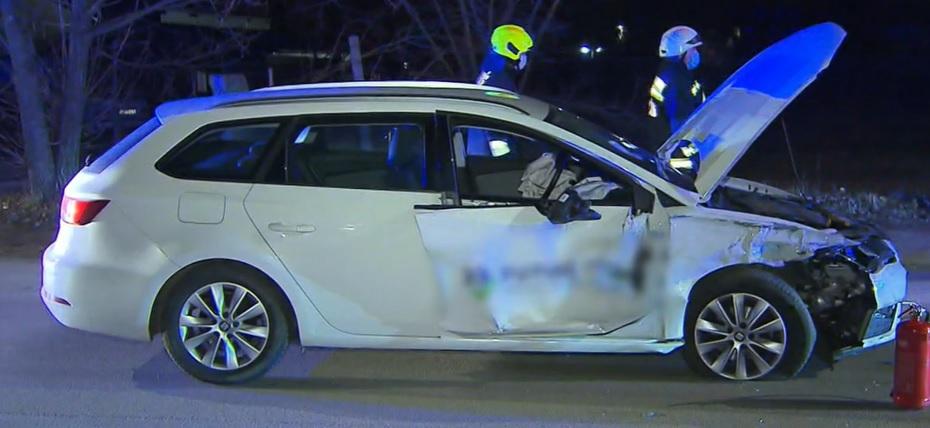 Részeg sofőr rendezett ámokfutást a 17. kerületben: száguldozás közben csapódott egy parkoló autónak, amit nekitolt egy villanyoszlopnak – videó