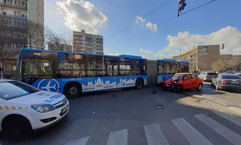 Busszal ütközött egy autós a 20. kerületben – fotók