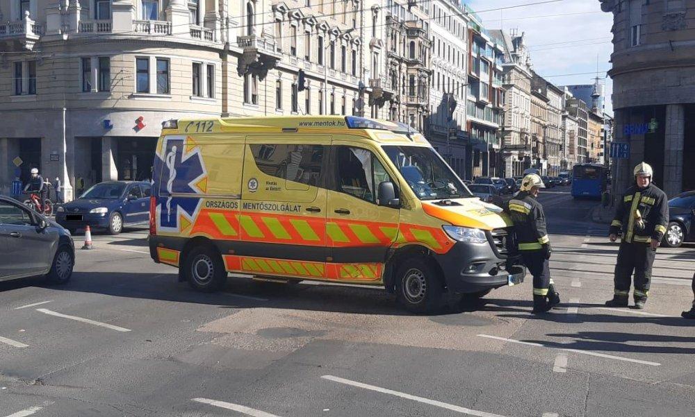 A Blahán balesetezett egy mentőautóval a Fradi olimpiai bajnok sportolója, az ütközésben a mentősök is megsérültek