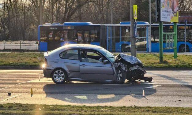 BMW-vel ütközött egy Volkswagen Káposztásmegyeren: a baleset után a BMW női utasánál megindult a szülés