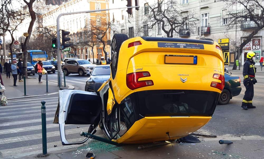 Fejre állt egy taxi a Szent István körúton a Vígszínház előtt