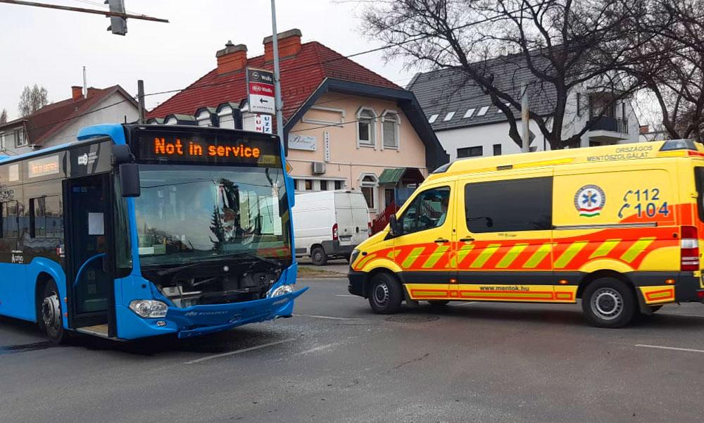 Kirobbantak a légzsákok a várandós nő autójában, az ütközés erejétől pedig leszakadt BKV-busz eleje