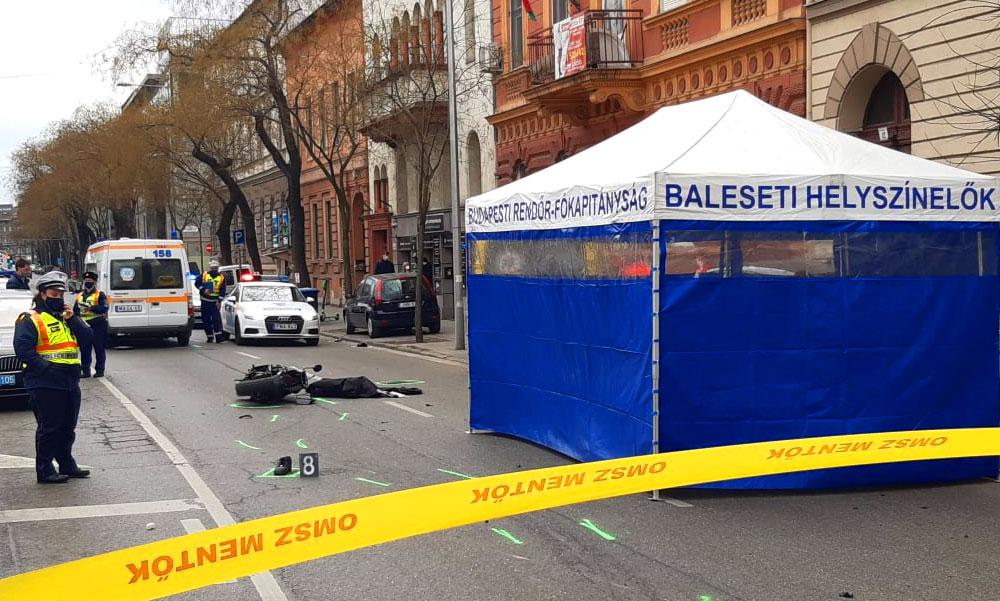 Újraélesztés az utcán – Mentőautóval ütközött egy motoros a 7. kerületben, a futár nem élte túl a karambolt