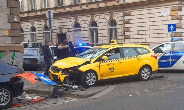 Audi és taxi karambolózott a 7. kerület egyik legveszélyesebb kereszteződésében