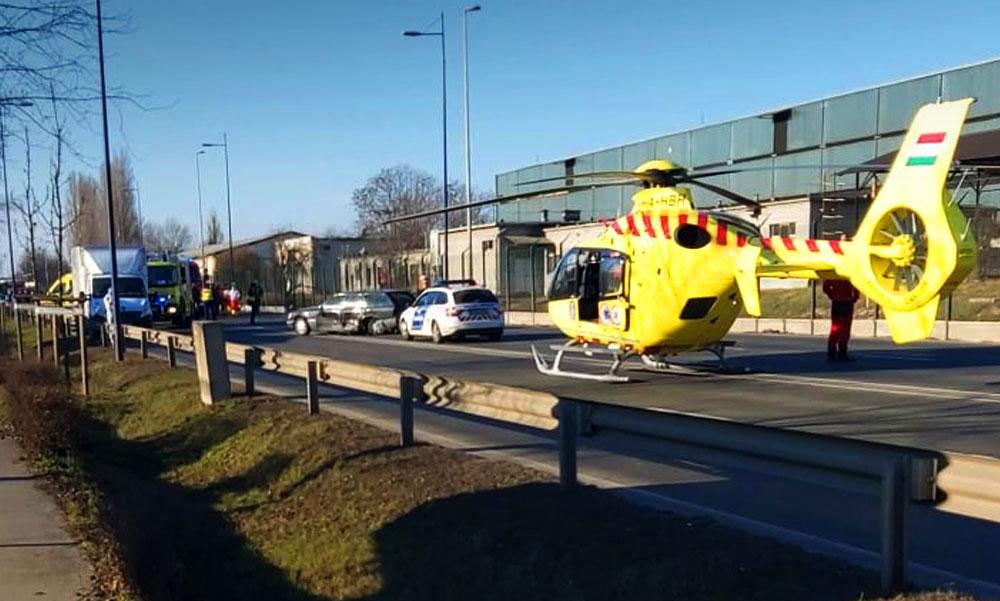 Mentőhelikopter szállt le a Ferihegyi gyorsforgalmin: súlyos baleset történt, 5 jármű ütközött