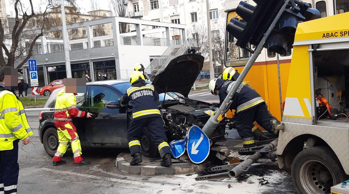 A villamos szinte felnyársalta az autót: Durva baleset történt Budapest 11. kerületében – Sokkoló fotók a helyszínről
