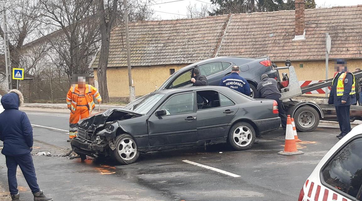 Egyik baleset érte a másikat: két autó rohant egymásba a 2. kerületben, eközben Pomáznál árokba csapódott egy Lexus – Fotó