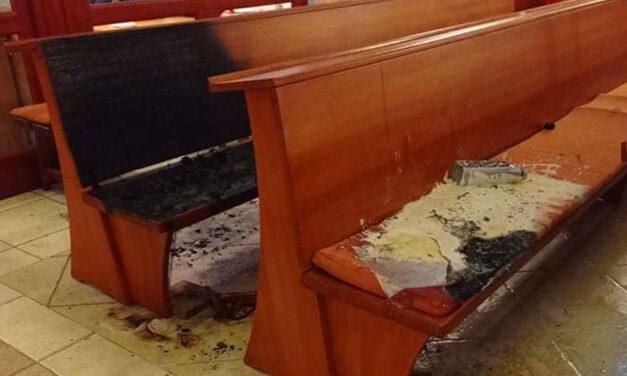 Betörtek a gödöllői görög katolikus templomba: az elkövető baltával verte szét a bejárati ajtót, felgyújtotta a padokat, több milliós a kár
