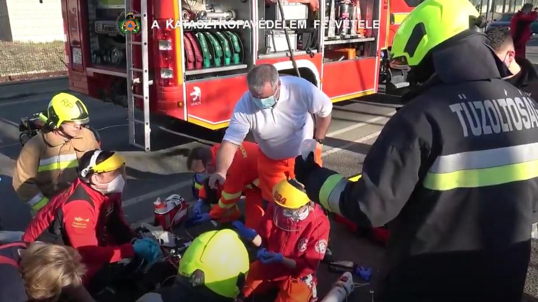Videó a brutális karambol utáni mentésről: Sokkoló felvételek a Ferihegyi úton történt balesetről