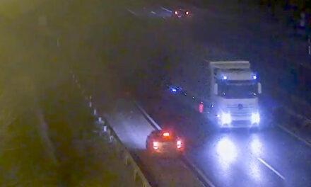 Videón a drogos ámokfutó, aki az M1-es autópályán forgalommal szemben autózott és egy benzinkútba is belerohant