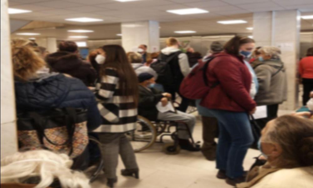 Hatalmas a tömeg a Jahn Ferenc kórházban: órákat kellett várni az oltásra