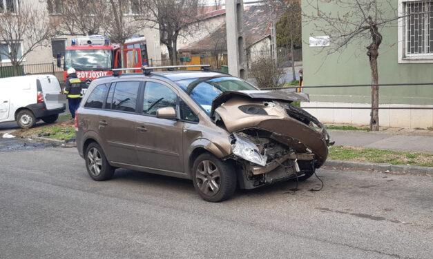 Csúnya karambol Kőbányán: furgonba rohant egy Opel és felborította azt – Fotók a helyszínről