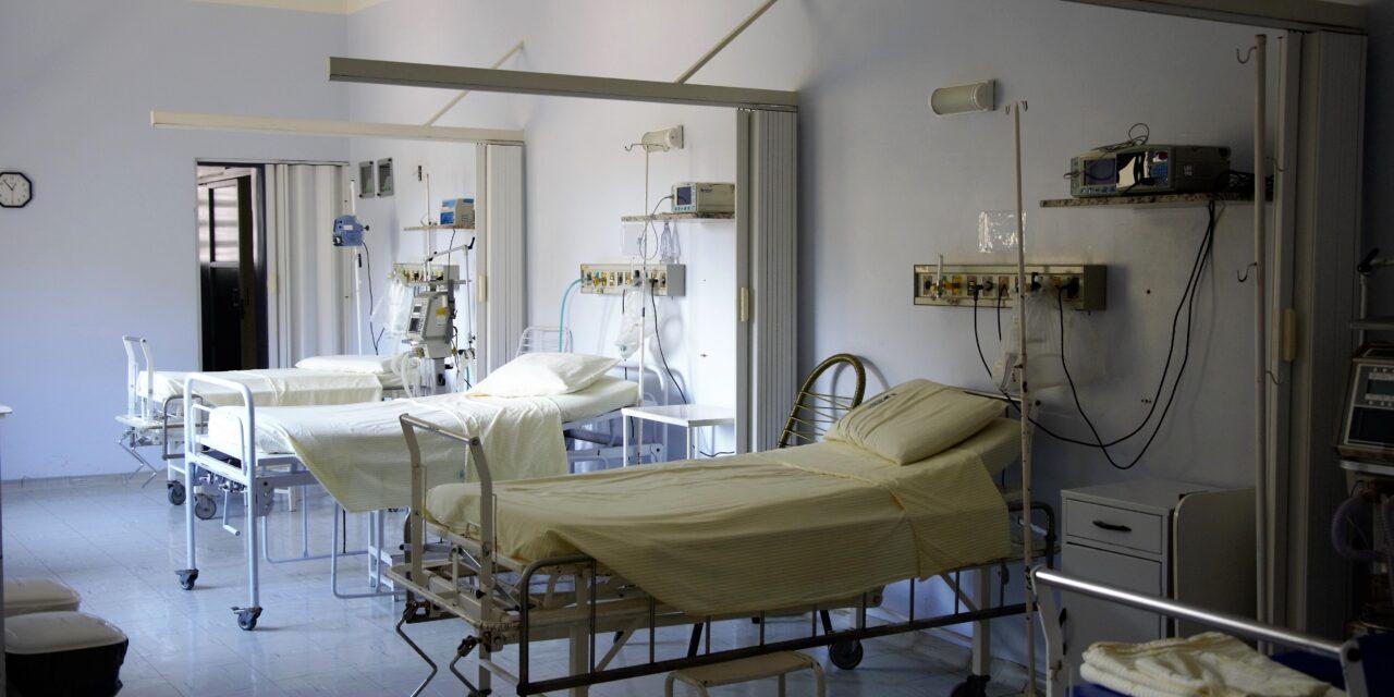 Sebészi ollóval támadt betegtársára egy férfi a belvárosi kórház covid-osztályán, a nő életveszélyes sérüléseket szenvedett